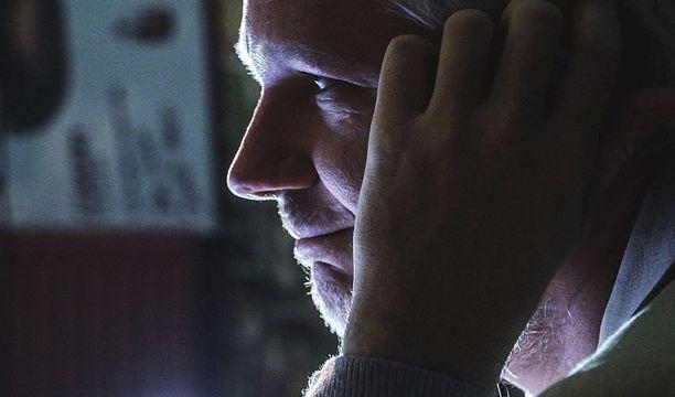 Julian Assange on pyytänyt ohjaajaa olemaan tiedottamasta kaksikon väleistä.