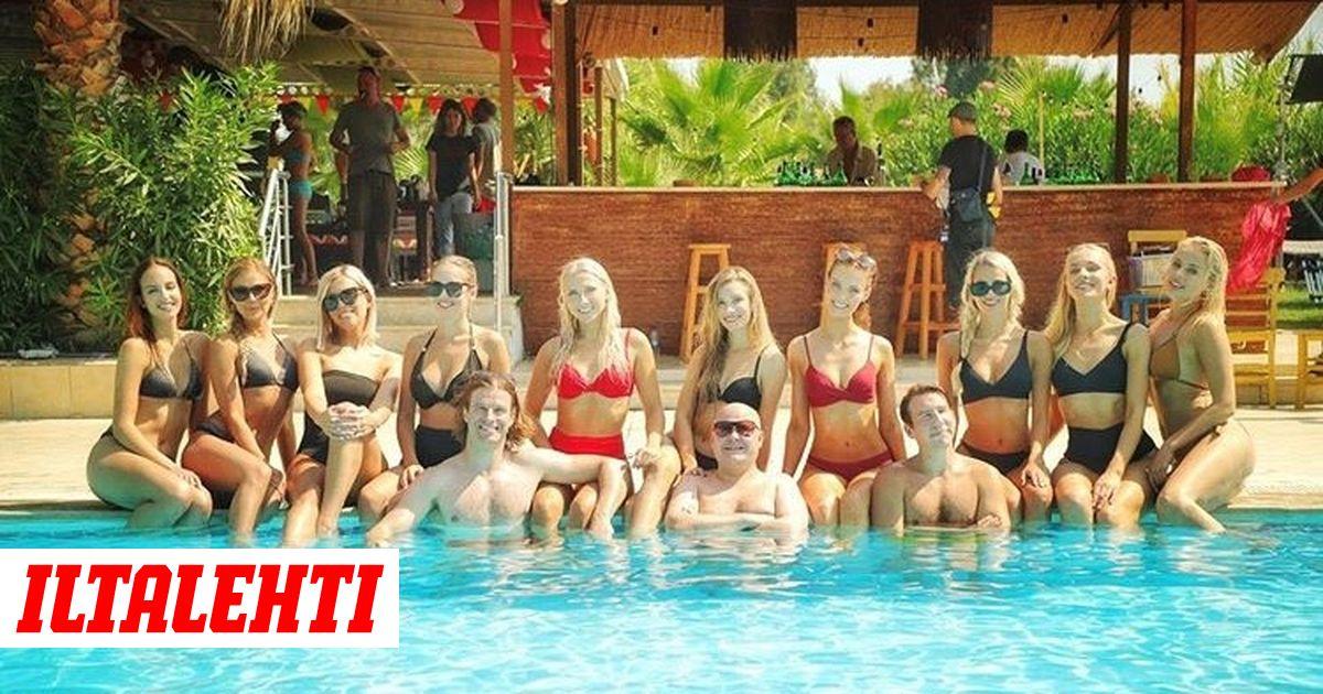 Aku Hirviniemi poseeraa uima-altaassa bikiniasuiset missit kainalossaan – vähäpukeinen mies taustalla varastaa huomion
