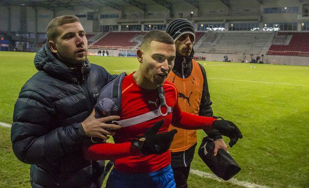 Fanit hyökkäsivät Jordan Larssonin kimppuun ja riisuivat hänen pelipaitansa. Tämä kuva on otettu välikohtauksen jälkeen.