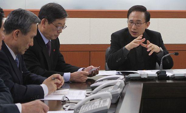 Etelä-Korean presidentti Lee Myung-Bak (oik.) sai tiedon Kim Jong-Ilin kuolemasta Pohjois-Korean tv:n välityksellä.