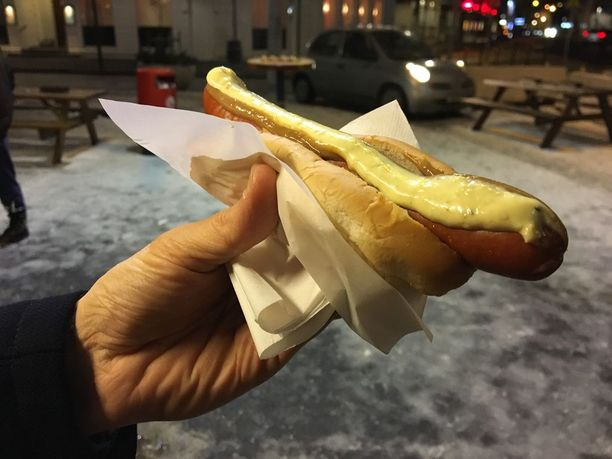 Reykjavikissa tiukan budjetin turisti ostaa hodarin vuonna 1937 avatusta Bæjarins Beztusta. Ylistetyn maun salaisuus on muun muassa paahdettu sipuli.