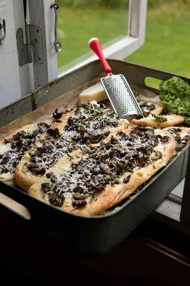 Leikkaa pizzasta valmiita viipaleita, joita on helppo syödä sormin.