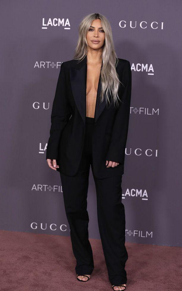 Kim Kardashian on 37-vuotias kolmen lapsen äiti ja tosi-tv-miljonääri.
