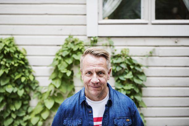 Olli Lindholm tunnettiin isona kiekkomiehenä.