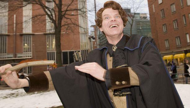 Lumous! Pimeyden voimilta suojautumisen opettaja Gilderoy Lockhart näytti taikojaan.