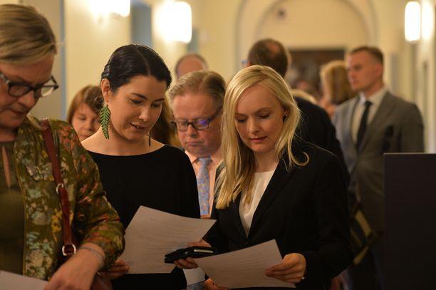 Maria Ohisalo (vihr) aloittaa kansanedustajan työt. Emma Kari uusi paikkansa.