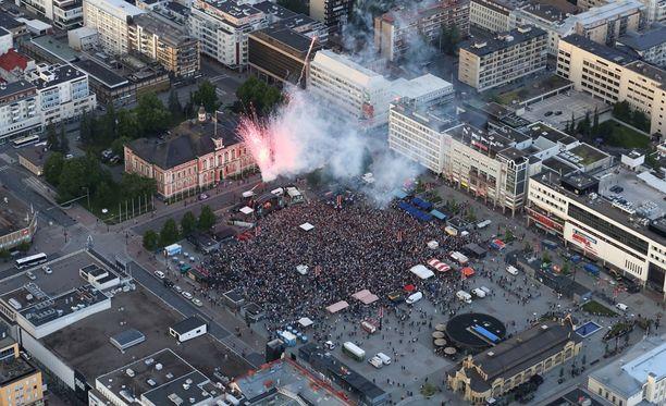 Kuopion tori täyttyi juhlijoista.