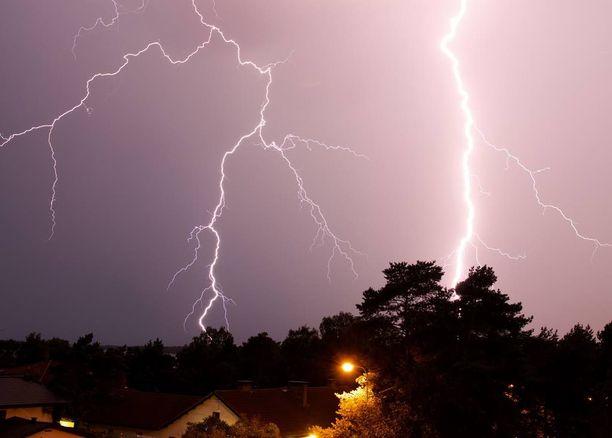 Espoolainen Janne Sievinen kuvasi ukkosmyrskyä kotinsa parvekkeeltaan torstaina.