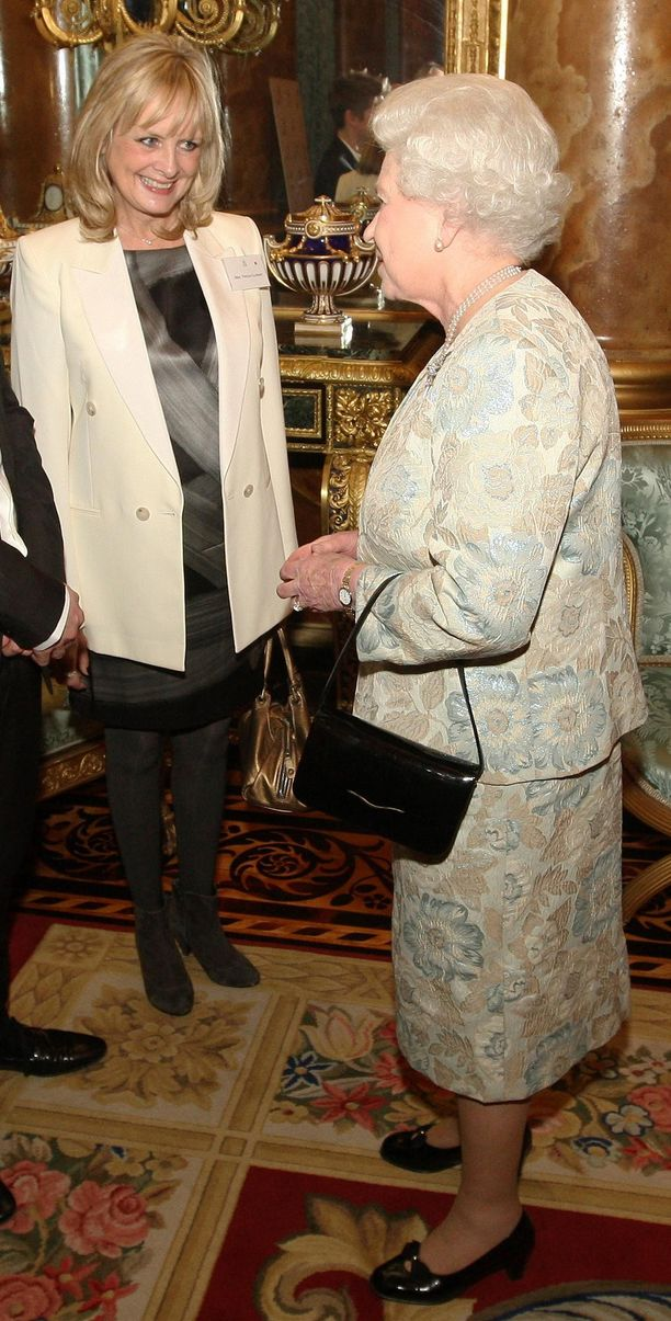 Yksi maailman ensimmäisistä huippumalleista, Twiggy tapasi kuningatar Elizabeth II:n vaaleaan jakkuun sonnustautuneena  vuonna 2010.