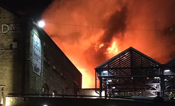Pelastusviranomaisten mukaan Lontoon Camdenissa riehunutta paloa oli sammuttamassa useita yksiköitä ja kymmeniä palomiehiä.