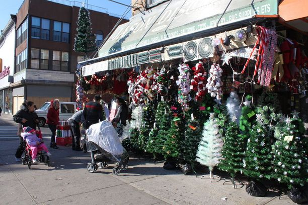 Brooklynin 4th Avenuella myydään muovisia joulukuusia.