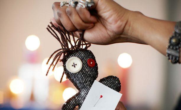 Kostokaupoista voi hankkia muun muassa voodoonukkeja kohteen pelotteluun.