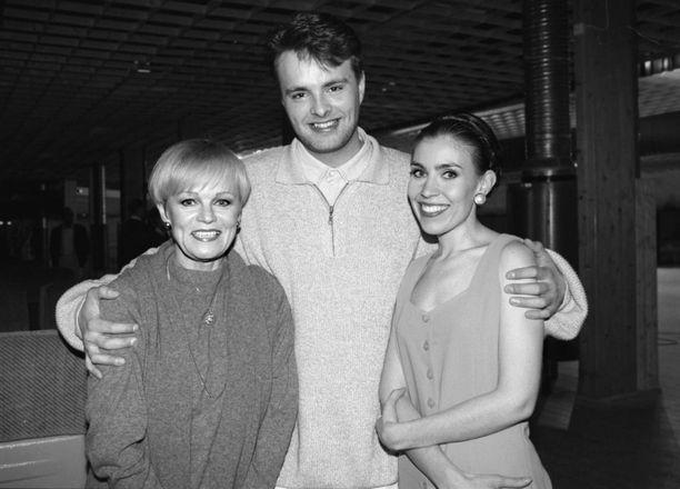 Suosikkitähti Anna Hanski ikuistettuna vuonna 1996 Katri Helenan ja Isto Hiltusen kanssa Laila Kinnusen muistokonsertissa.