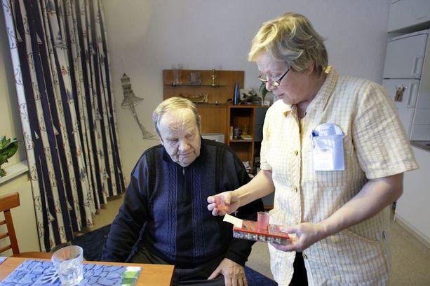 Kodinhoitaja Leena Jaskari siirsi Antero Aaltosen lääkkeet dosetista lääkelasiin.