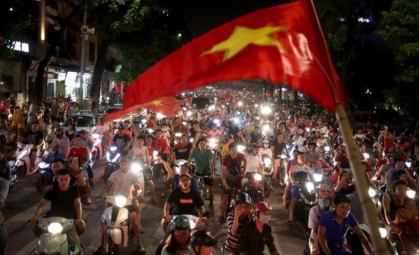 Jalkapallofaneja Hanoissa elokuussa.