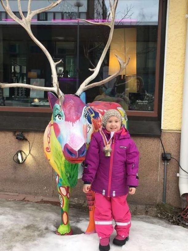 Kia Rovaniemellä tapaamassa joulupukkia maaliskuussa.