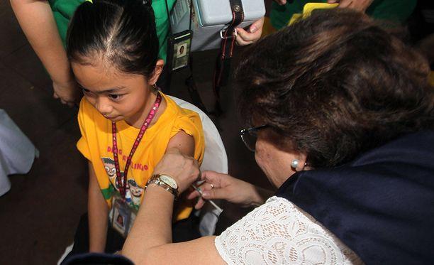 Koulutyttö sai denguekuumerokotteen Marikina Cityssä Filippiineillä huhtikuussa 2016.
