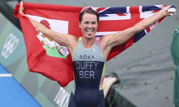 Flora Duffy juhli triathlonin voittoa maalissa.