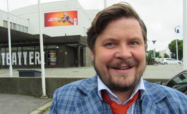 Tuleva Napakymppi-isäntä Janne Kataja hurmaa Seinäjoella menetyskomediassa Yksi mies, kaksi pomoa.
