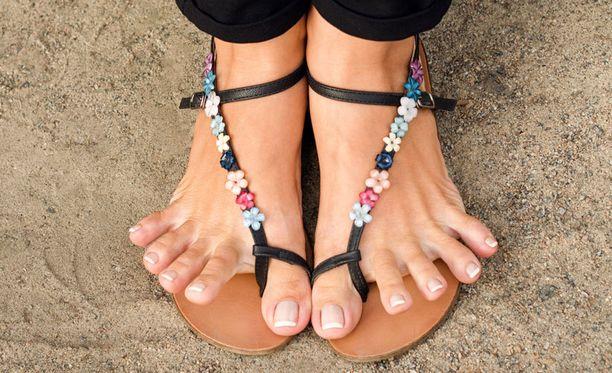 Samoissa sandaaleissa ei kannata kulkea koko kesää.