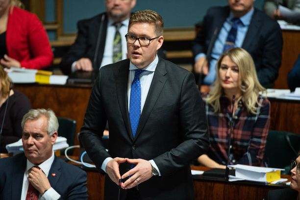 """""""Hän haikailee kovan oikeistohallituksen perään, joka toteuttaisi palkansaajien oikeuksia heikentävän työreformin, ohentaisi julkista sektoria ja keventäisi verotusta. Hän on nimennyt kumppaninsakin tähän eli kokoomuksen"""", Antti Lindtman tulkitsee perussuomalaisten puheenjohtajan puhetta."""