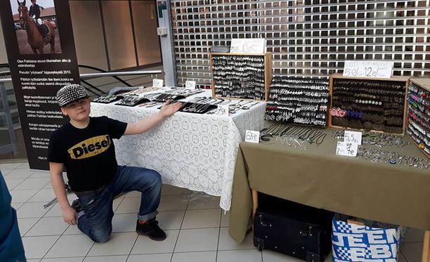 Arvi Martikainen valmistaa korut tilaamistaan osista.