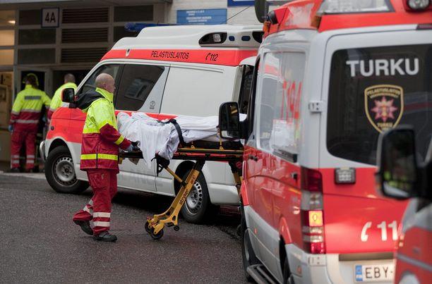 Turkulaismiehen haavat suljettiin leikkaussalissa. Kuvituskuva Tyksin edestä.