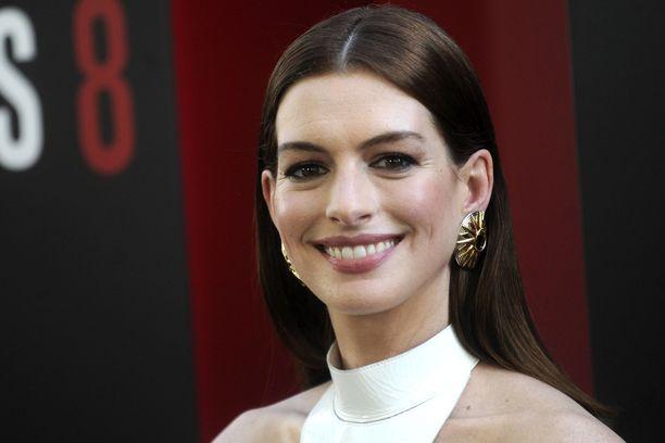 Anne Hathaway tunnetaan esimerkiksi elokuvista Prinsessapäiväkirjat, Liisa Ihmemaassa ja Interstellar.