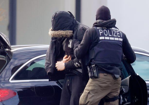 Poliisi pidätti perjantaina eri puolilla Saksaan kaikkiaan 12 äärioikeistolaiseen ryhmään kuulunutta. Tässä pidätys Karslruhessa.