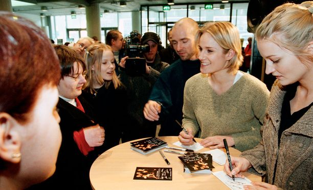 Laura Malmivaara (2. oik.) ja Matleena Kuusniemi jakoivat nimikirjoituksia Tennispalatsissa pian elokuvan ensi-illan jälkeen vuonna 2000.