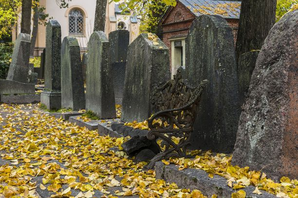 Hietaniemen hautausmaalla Helsingissä on näyn kaunista syksyn ruskan aikaan.