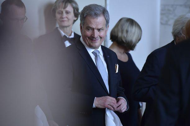 Seteli oli näkösällä, kun Niinistö saapui tilaisuuteen.