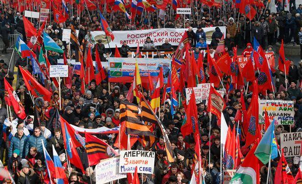 Kiovan itsenäisyysaukion tapahtumien vuosipäivänä järjestettyyn mielenosoitusmarssiin otti osaa satoja järjestöjä, Ylen mukaan myös Venäjän Punainen risti.