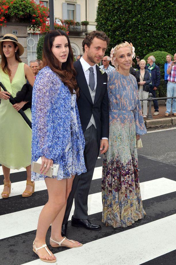 Pop-tähti Lana Del Rey poseerasi poikaystävänsä, valokuvaaja Francesco Carrozzinin ja Italian Voguen päätoimittajan Franca Sozzanin kanssa.