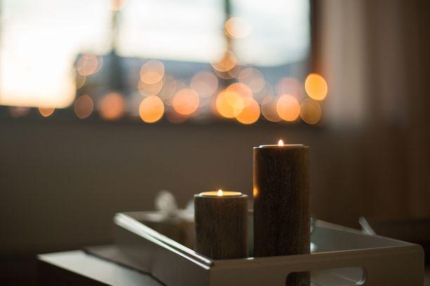 Tempauksessa turhat sähkövalot suljetaan ja kodin voi valaista vaikka kynttilöillä.