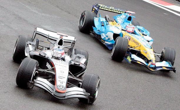 Vuonna 2005 Kimi Räikkönen (vas.) taisteli maailmanmestaruudesta Fernando Alonson kanssa.