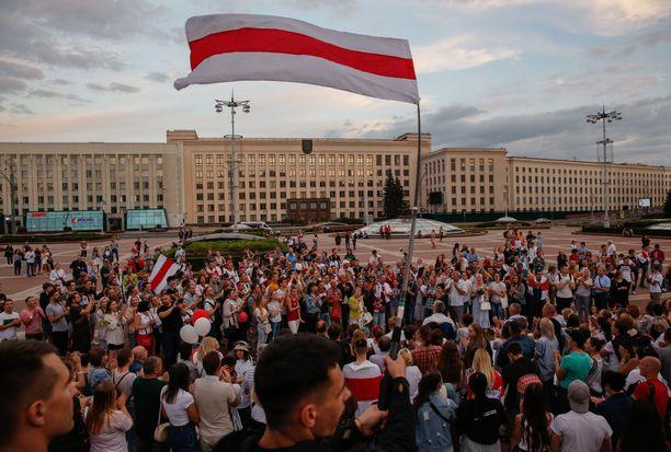 Kymmenet tuhannet valkovenäläiset kokoontuivat lauantaina osoittamaan mieltään Minskissä.