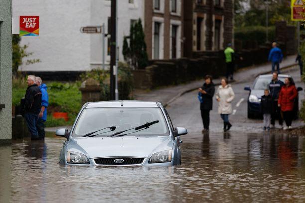 Walesissa tulvavesi on noussut jo kaupunkeihin asti.
