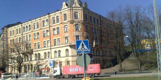 Jugendrakennus sijoittuu Kaivopuiston ja Kaartinkaupungin väliin, Olympiaterminaalia vastapäätä.