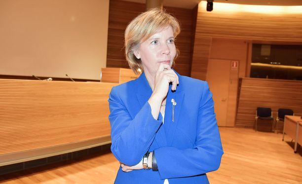 - On väärin, että opiskelijoita laitetaan nostamaan enemmän lainaa, Anna-Maja Henriksson kommentoi Iltalehdelle.