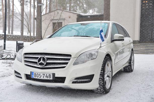 Ruumisautona toimi valkoinen Mercedes Benz, jonka kuljettaja toimi myös Matin isän ruumisauton kuljettajana.