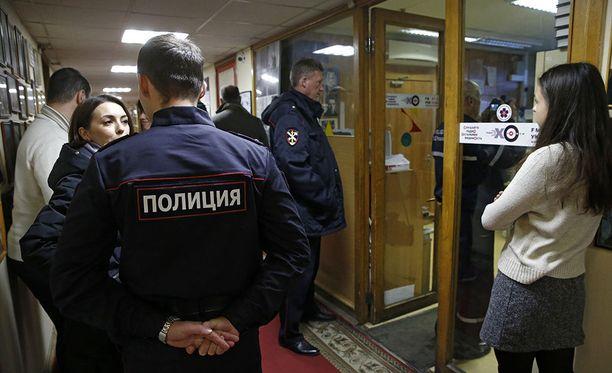 Viime vuoden lokakuussa Moskovassa sijaitsevaan Echo Moskvyn toimitukseen hyökättiin. Toimittajaa Tatjana Felgengaueria puukotettiin kaulaan.