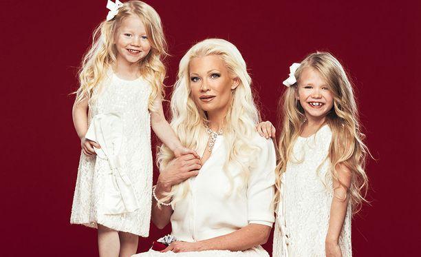 Linda Lampenius on kahden tyttären ylpeä äiti.