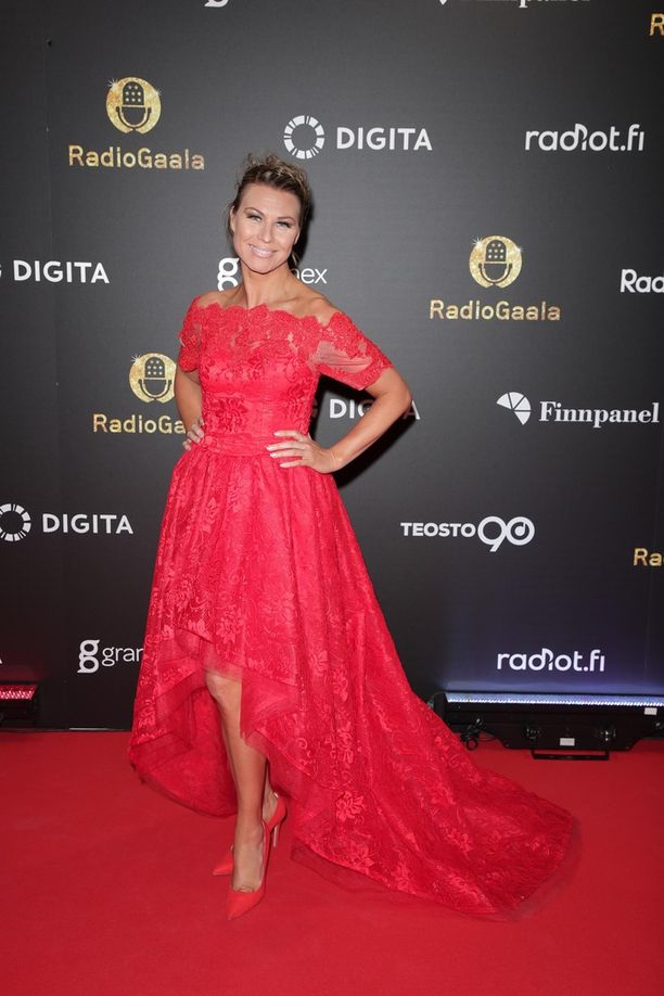 Radio Novan juontaja Heidi Suomi luotti Radio Gaalassa punaiseen väriin.