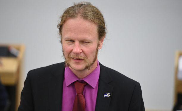 Juho Eerola on huolissaan vihapuheita tutkivien poliisien kielitaidon riittävyydestä. Eerolan johtama hallintovaliokunta käsittelee muun muassa poliisiasioita.