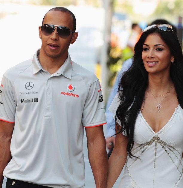 Lewis Hamilton ja tämän kurvikas emäntä Nicole Scherzinger.