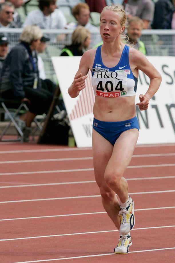 Annemari Sandell-Hyvärinen Suomi-Ruotsi-maaottelussa vuonna 2005. Nyt 39-vuotias Sandell hakee paluuta olympiajuoksijaksi.