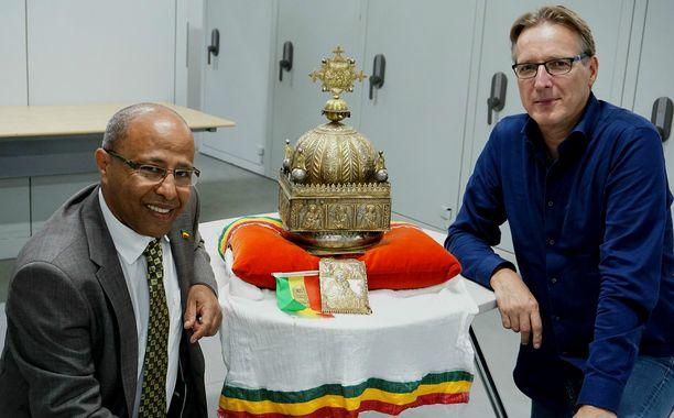 Hollantilais-etiopialainen Sirak Asfaw ja hollantilainen taide-etsivä Arthur Brand ja etiopialainen kruunu.