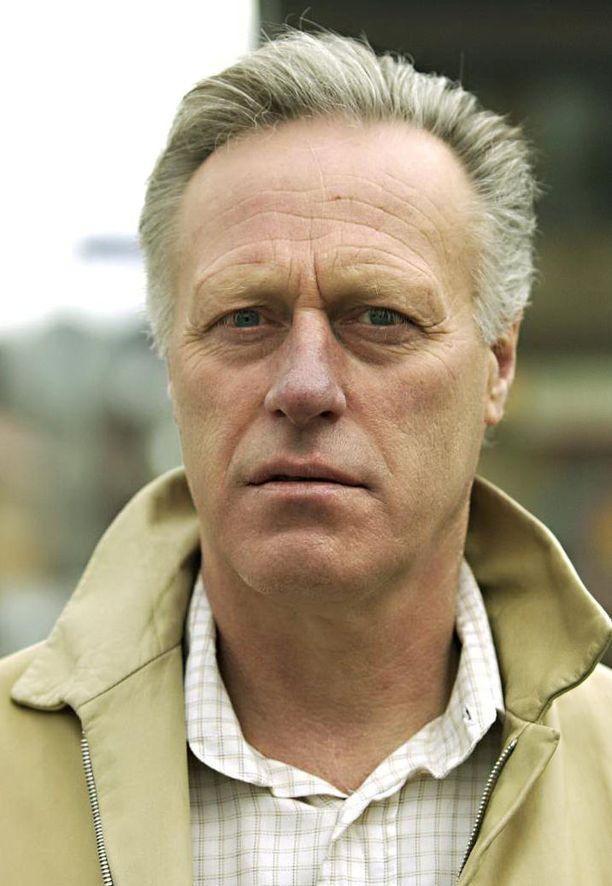 Norjalaismiljonääri Tom Hagen on pidätetty epäiltynä vaimonsa murhaan liittyen.