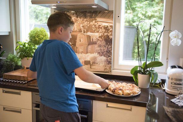 Mico valmistaa pizzat kotikeittiössä Espoon Haukilahdessa.